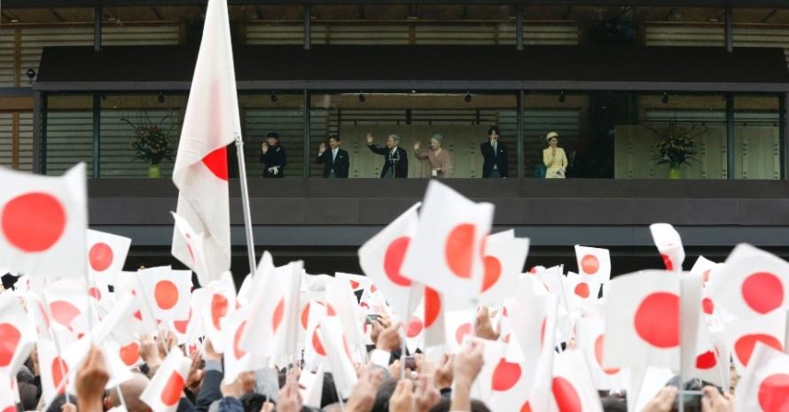 23dez2012---o-imperador-do-japao-akihito-ao-centro-acompanhado-da-imperatriz-michiko-a-direita-das-princesas-masako-e-kiko-e-dos-principes-naruhito-e-akishino-acena-para-multidao-da-janela-do-1356240500229_956x500