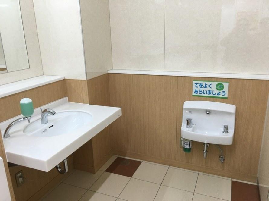 Lavatorio infantil no sanitario feminino no japao